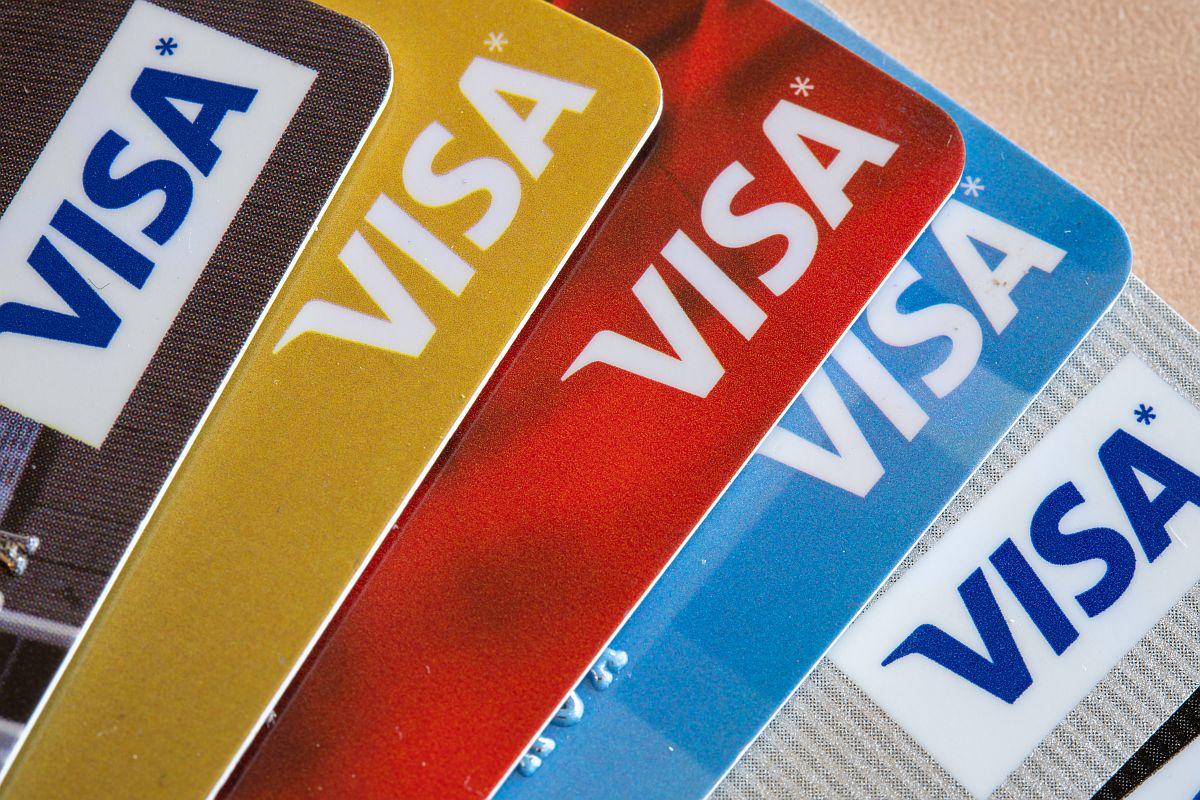 Jakie dane posiada karta debetowa?